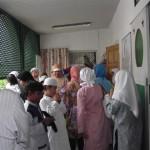 Les dames sortent de la salle de prière