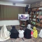 Dans la bibliothèque, on voit et on entend ce qui se passe dans la salle de la mosquée